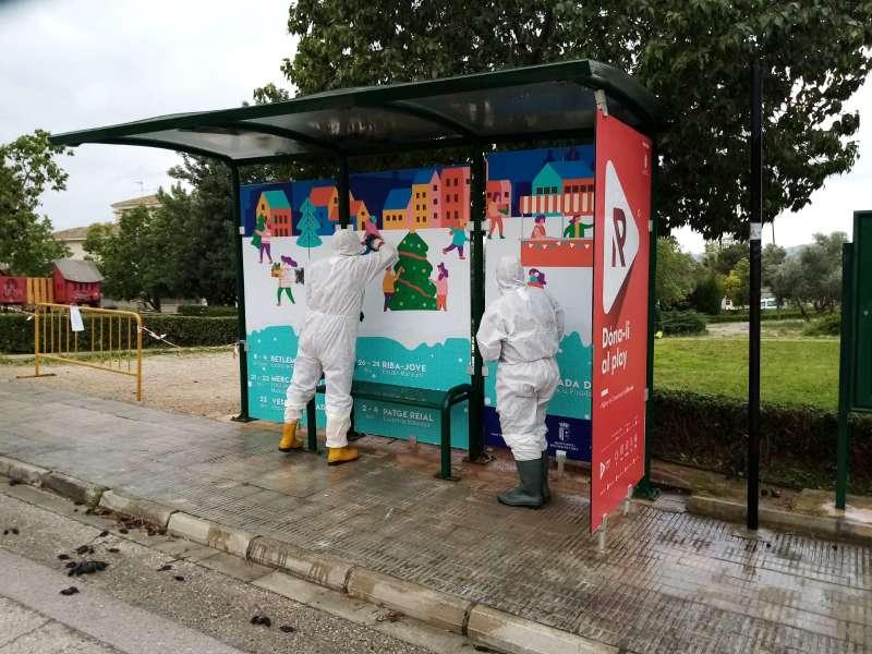 Operarios desinfectando el mobiliario urbano. / EPDA