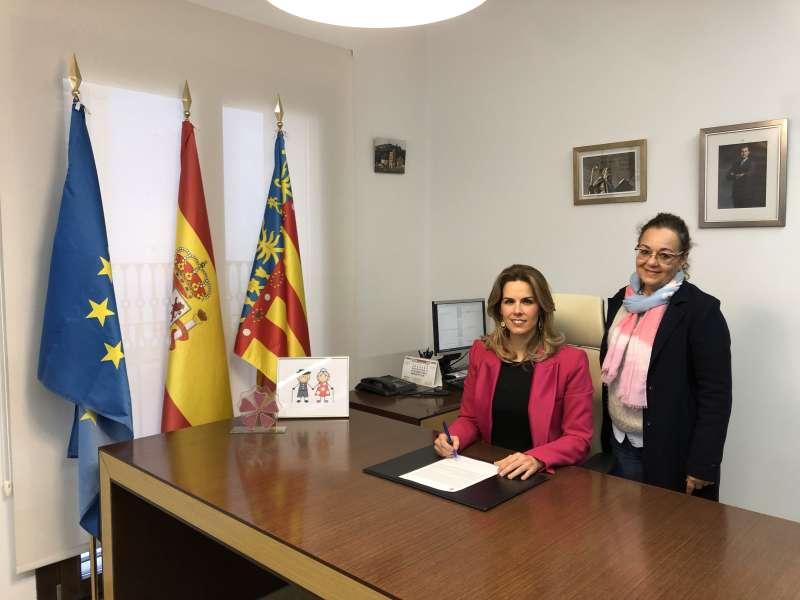 La Alcaldesa de Pedralba junto a la concejala de Igualdad Inmaculada Carsi, firma el compromiso del Plan de Igualdad de Oportunidades.