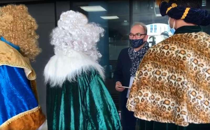 El alcalde Ximo Segarra conversa con los Reyes Magos. / EPDA