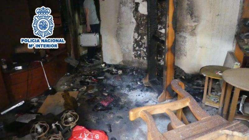 Imagen de la vivienda incendiada, cedida por la Policía Nacional. EFE