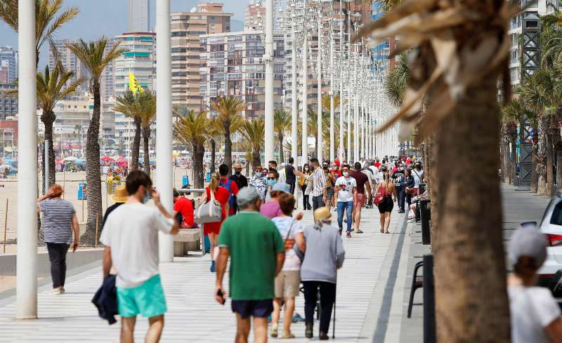 Personas paseando por el paseo marítimo de Benidorm (Alicante). EFE