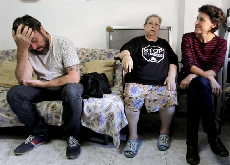 Una familia afectada por un desahucio en València, en una imagen de archivo. EFE