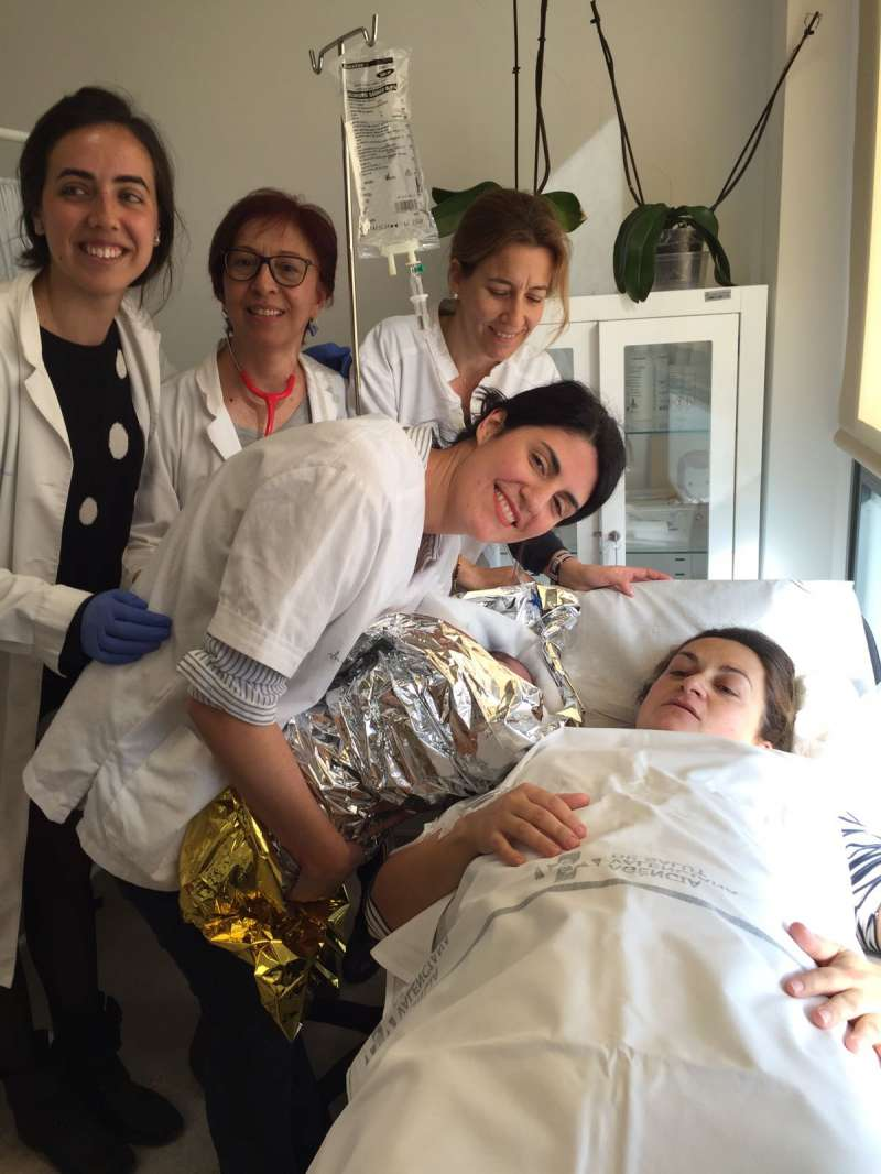 El personal sanitario con la madre. EPDA