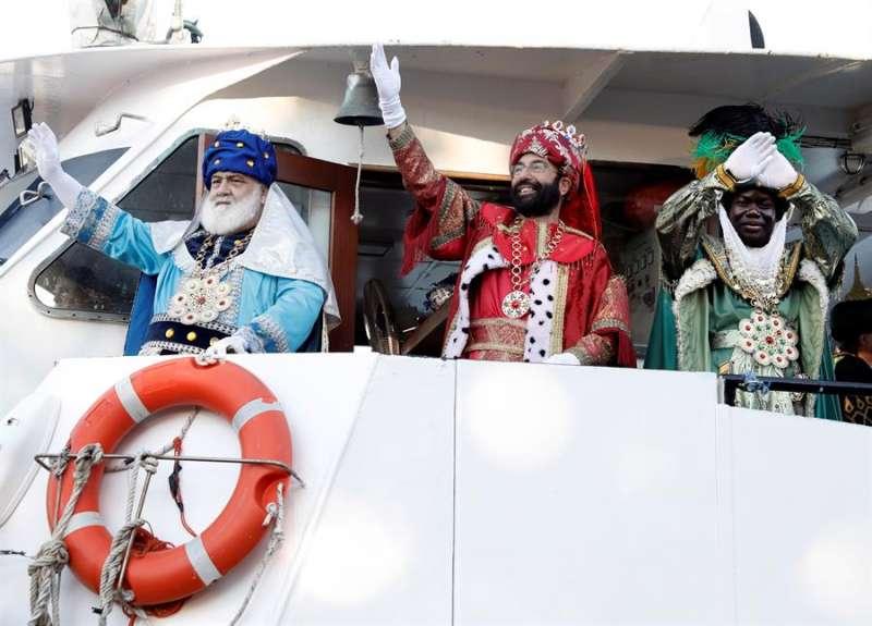 Los tres Reyes Magos, Melchor, Gaspar y Baltasar a su llega en barco al puerto de Valencia. EFE/ Juan Carlos Cárdenas
