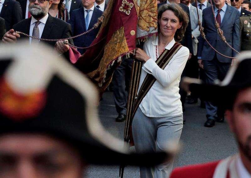 La concejal de ValC María Oliver, portando la Senyera en la procesión cívica en 2007. EFE/Archivo