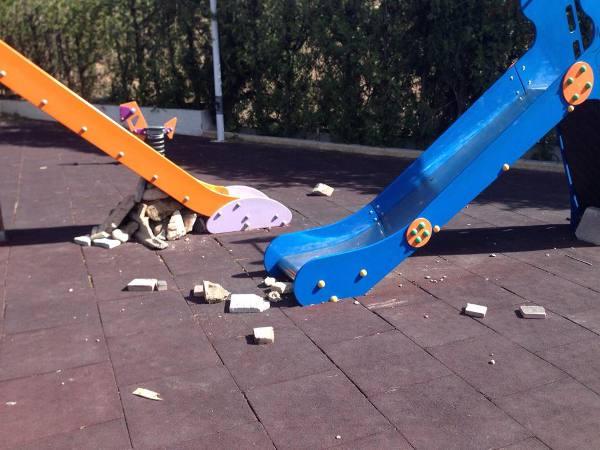 Piedras con las que destrozaron los juegos infantiles del polideportivo de Petrés. EPDA