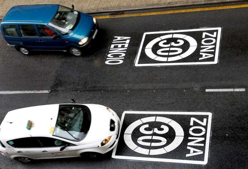 Señales viarias que limitan la velocidad a 30 Km/h en las principales calles del distrito del centro histórico de València con la intención de, entre otros, reducir las emisiones de CO2. EFE/Juan Carlos Cárdenas/Archivo