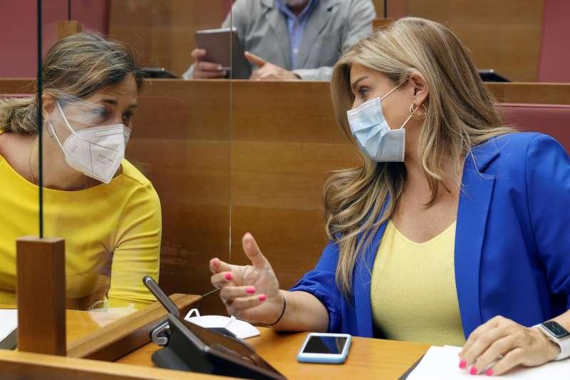 Las diputadas del grupo popular, Eva Ortiz (d) y Elena Bastidas, al inicio de la sesión de control, hoy en la Cortes Valencianas