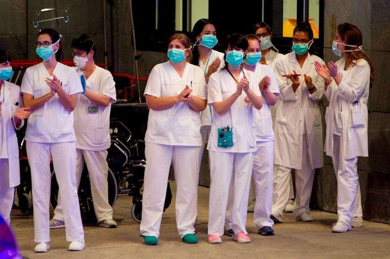 Personal sanitario aplaude a las puertas de un hospital. EFE/Archivo
