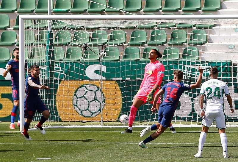 El centrocampista del Atlético de Madrid Marcos Llorente (2d) celebra el gol de su equipo ante el Elche durante el partido de LaLiga disputado este sábado en el estadio Martínez Valero. EFE / Manuel Lorenzo