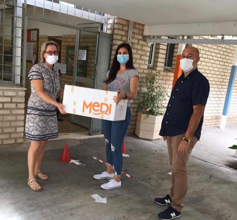 Entrega de mascarillas en uno de los colegios de Massamagrell. EPDA