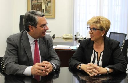 Imagen del diputado de Turismo, Sanjuán, y la alcaldesa de Turís, Lozano. FOTO: DIVAL