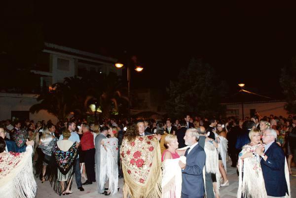 Varias parejas en el baile del mantón de Manila de Torres Torres. EPDA