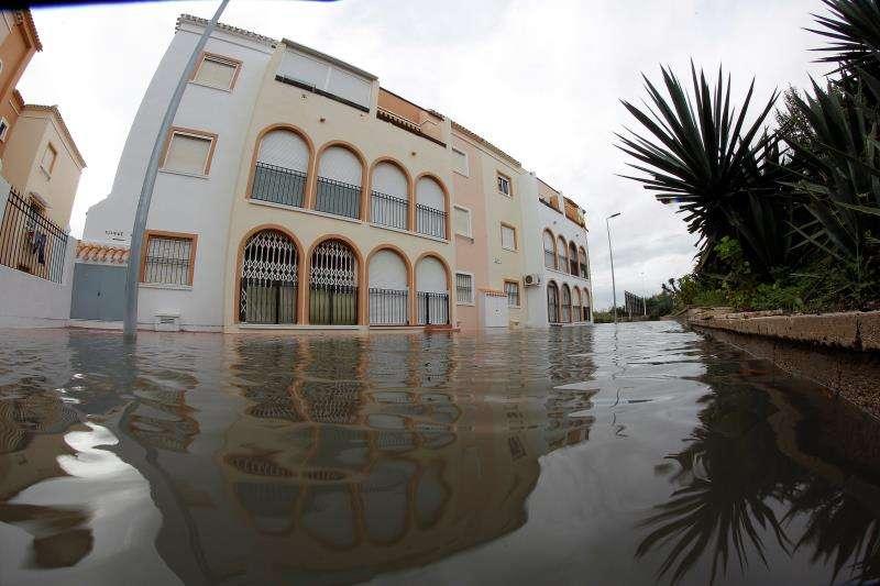 Más de 100 litros caídos esta noche en Torrevieja han provocado distintos problemas en la ciudad.EFE