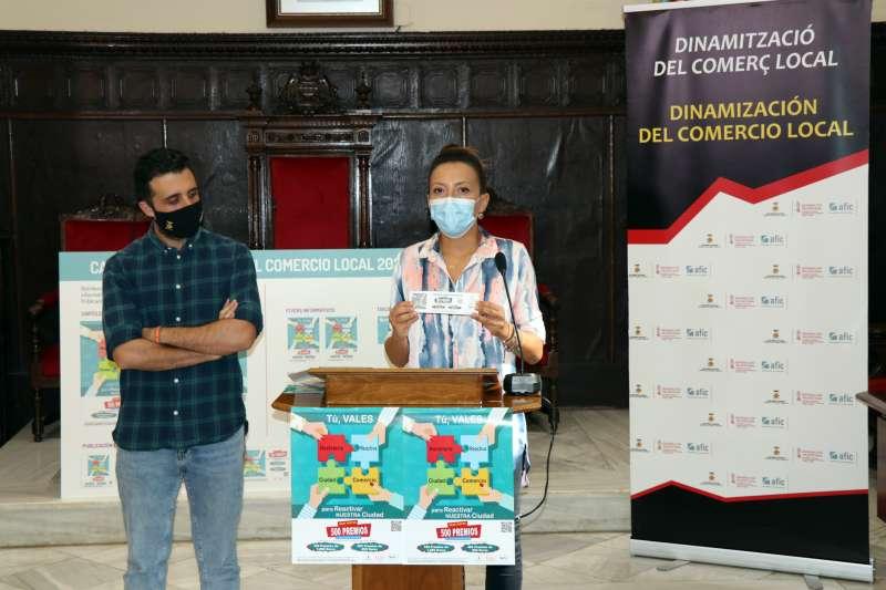 El alcalde y la concejala de Comercio durante la presentación.