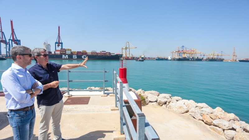 El conseller y el presidente de la APV en las instalaciones del Puerto de València. EPDA