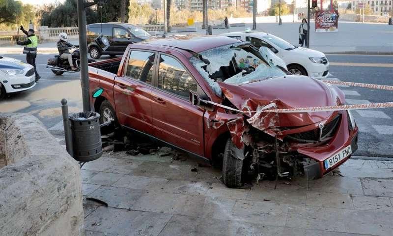 Estado de una furgoneta tras colisionar contra uno de los bolardos de piedra que protegen las Torres de Serranos.EFE/ Juan Carlos Cárdenas/Archivo