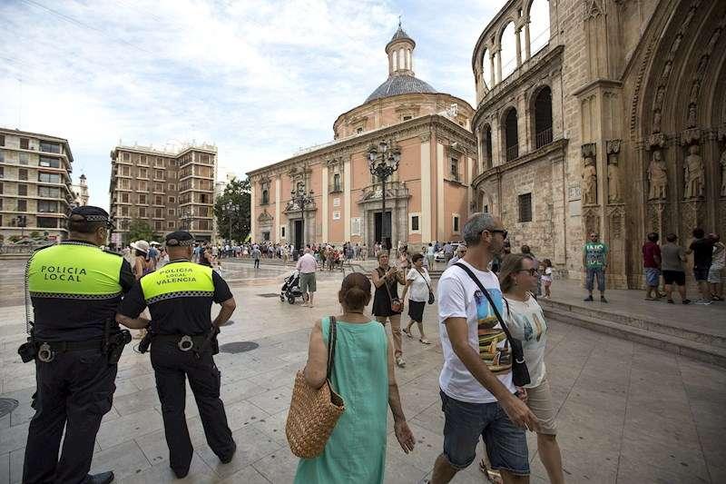 Dos agentes de la Policía Local patrullan por la Plaza de la Virgen de València, en una imagen de archivo. EFE/Manuel Bruque.