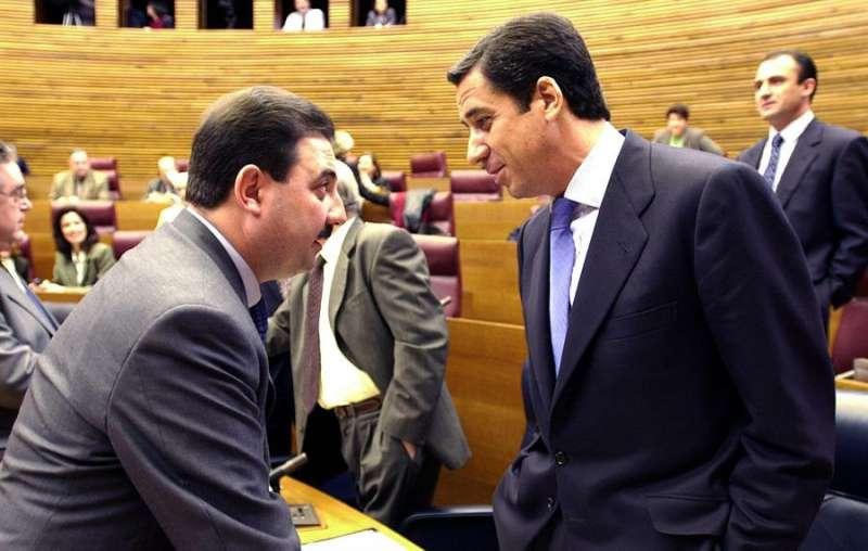 El expresident de la Generalitat Eduardo Zaplana conversa con el exconseller de Industria y Comercio Fernando Castelló. EFE/Archivo