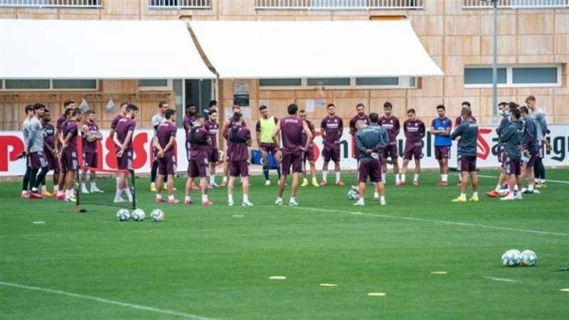 La plantilla del Villarreal se ejercita de manera conjunta, en una imagen compartida por el club en su página web.