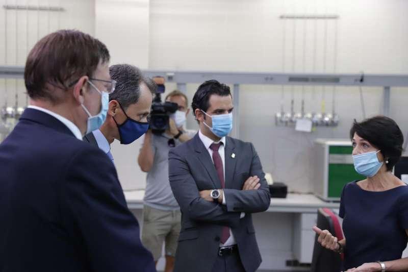El alcalde de Paterna junto a la investigadora Yolanda Sanz, el ministro Duque y el President Puig. EPDA