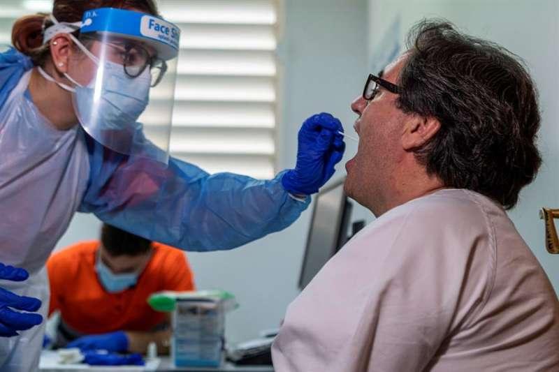 Una persona se somete a una prueba PCR. / Archivo EFE