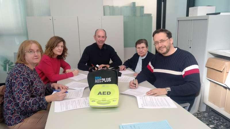 Firma del alcalde con los directores y directoras de los colegios. EPDA