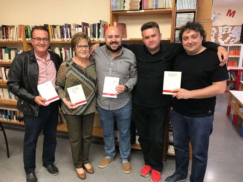 El poeta de Gilet Antonio de Haro con el alcalde y concejales en la biblioteca. EPDA