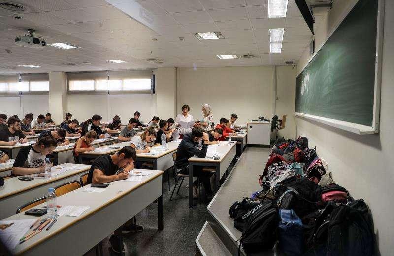 En la imagen, los estudiantes durante uno de los exámenes de Selectividad que realizaron el pasado miércoles en València. EFE