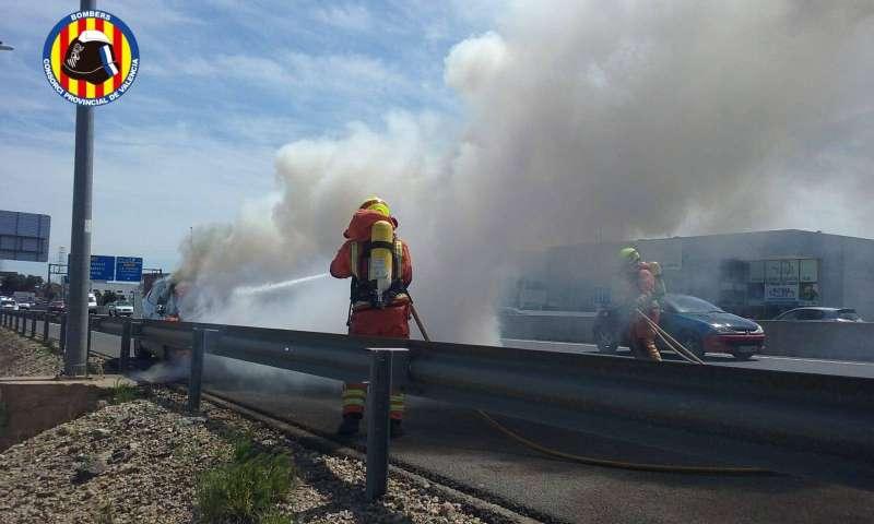 Imagen de los bomberos en el accidente. EPDA