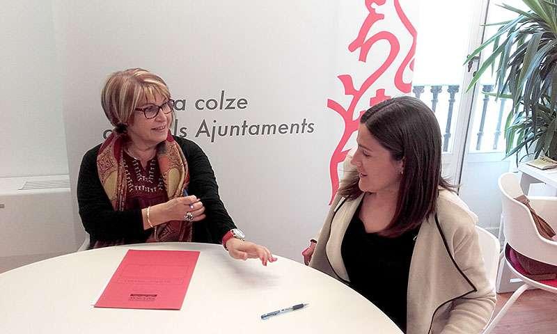 La diputada Conxa Garcia con la alcaldesa de Albalat dels Tarongers, Teresa Pérez. EPDA.