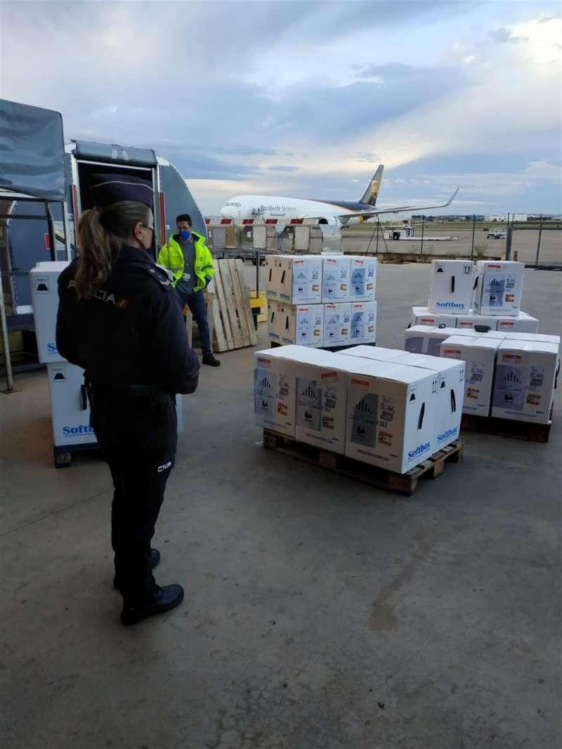Imagen de la llegada de vacunas publicada por la Delegación del Gobierno en su cuenta de Twitter.