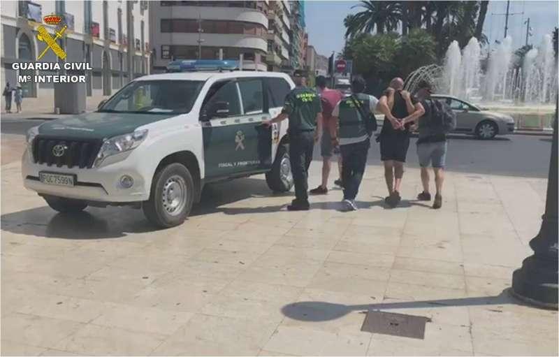 Foto cedida por la Guardia Civil con la detención de algunos de los integrantes de la banda criminal que traficaba con cocaína en Alicante y Madrid.