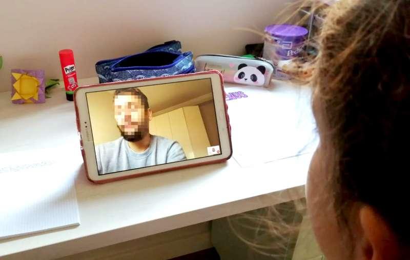 Un profesor imparte una clase a través de vídeo-conferencia