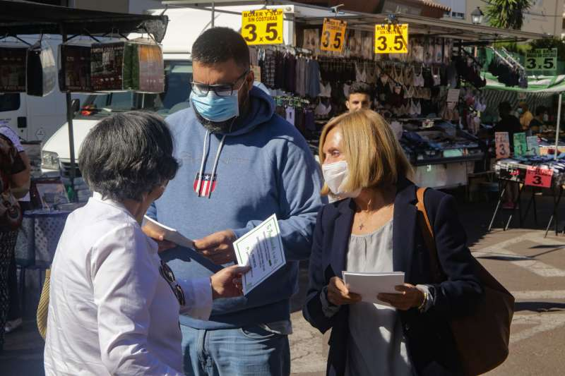 La alcaldesa Elia Verdevío y el concejal Manu Pérez reparten información sobre esta iniciativa. / EPDA