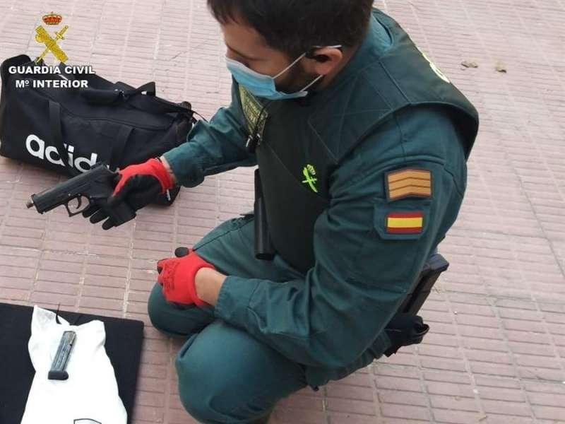 Imagen cedida por la Guardia Civil de una de las armas incautadas. EFE