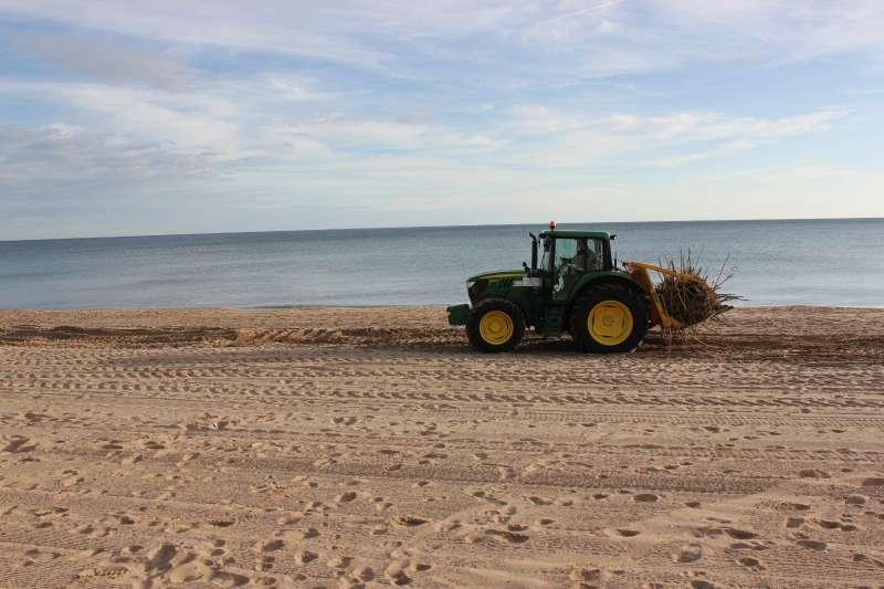 La Sección de Playas de la Diputació de València ha adaptado dos herramientas, denominadas ?canyers?. EPDA.
