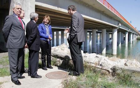 Bonig ha visita las obras de rehabilitación en los pilares del puente de la CV-500 sobre el nuevo cauce del Túria en Valencia. Foto EPDA
