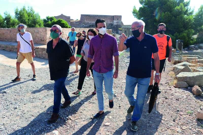 Quico Fernández y Darío Moreno junto a los voluntarios en el castillo.