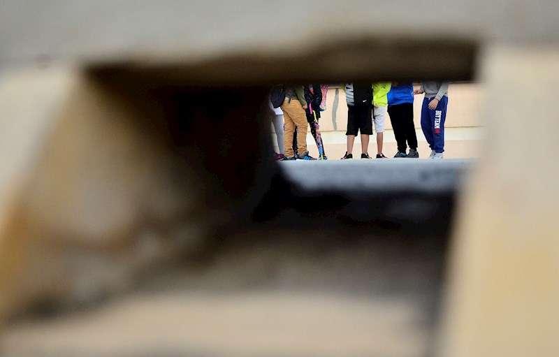 Unos niños esperan para entrar al colegio. EFE/Archivo