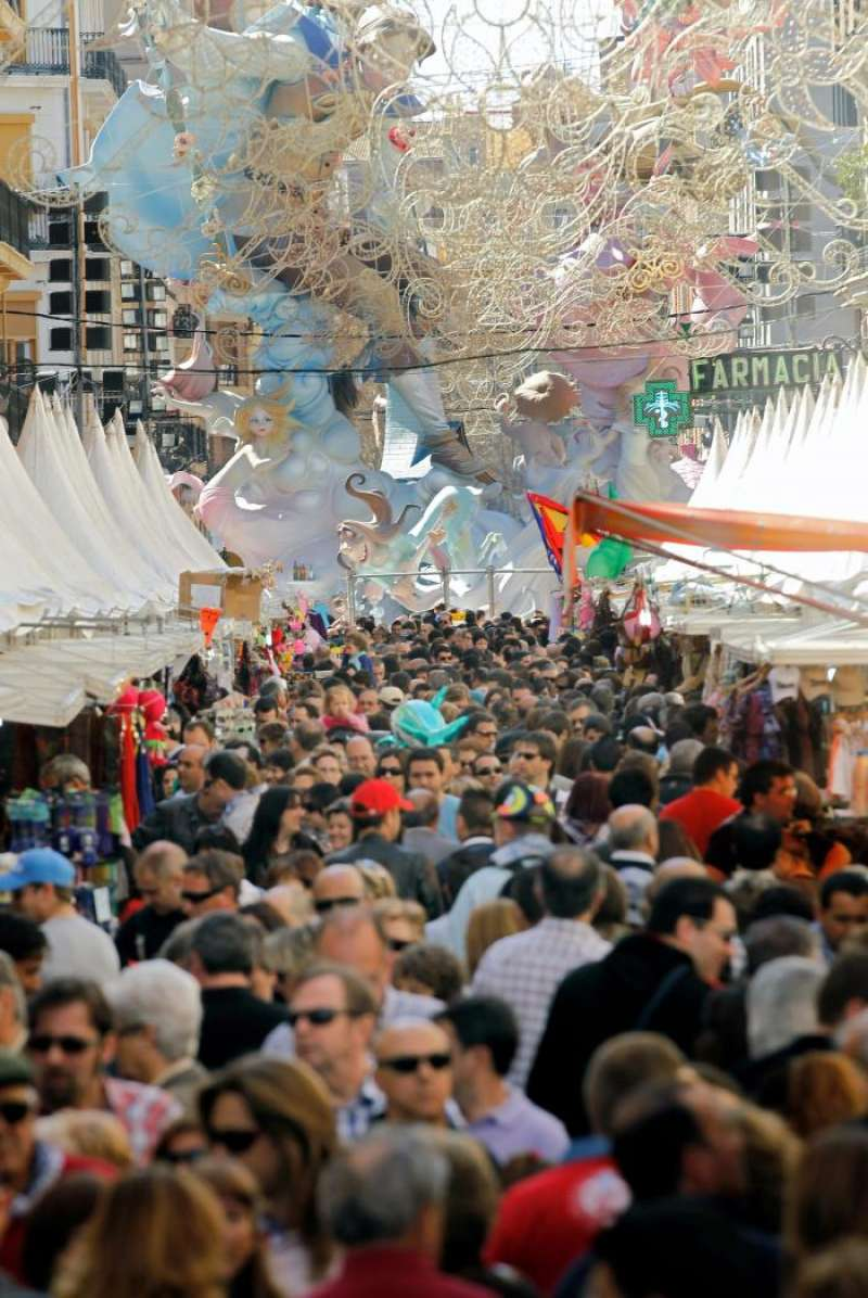 Miles de personas visitan estos días las Fallas de la ciudad de València, en la que más de 700 monumentos arderán la noche del 19 de marzo. EFE/Archivo