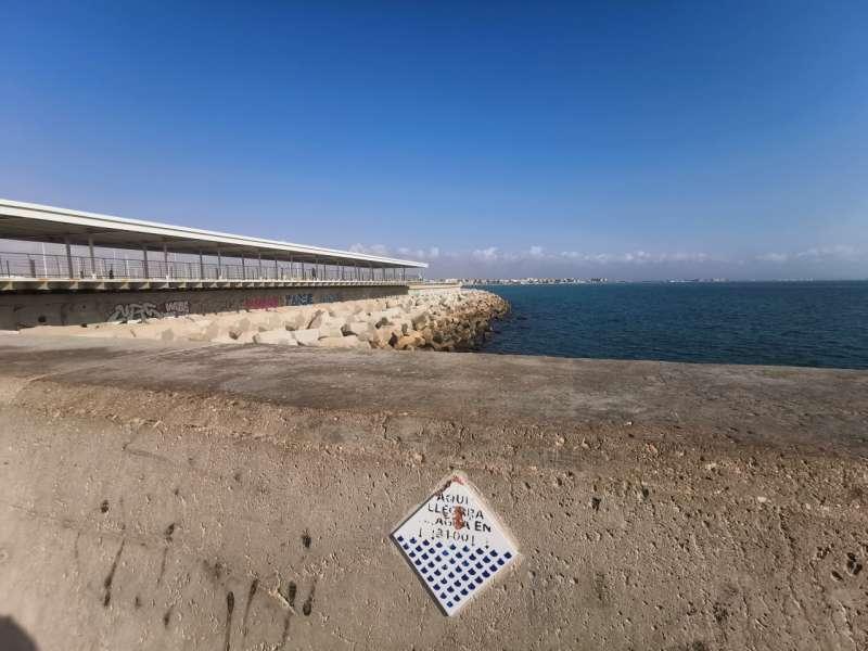 Azulejo en uno de los diques escollera del puerto de Valencia. EPDA