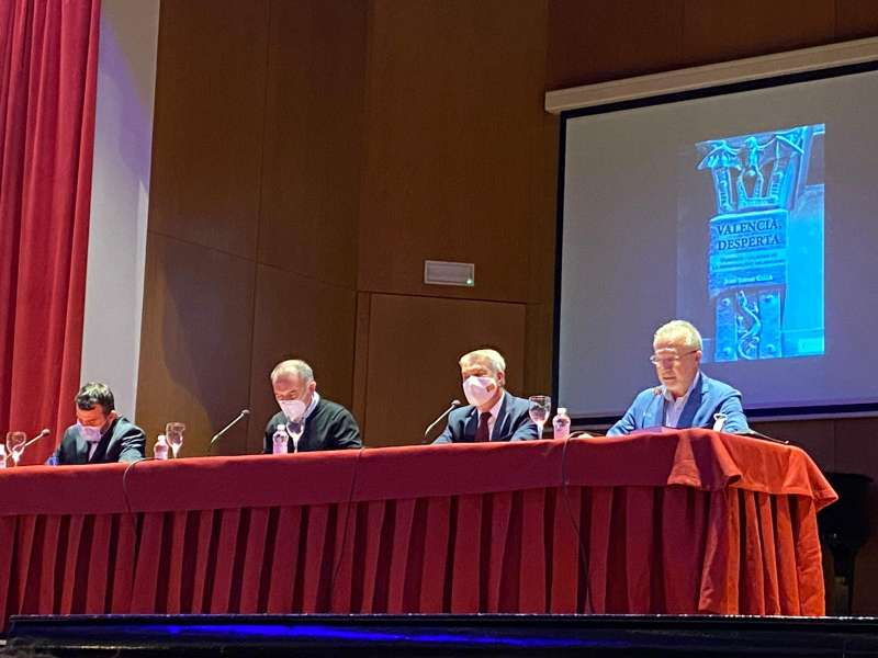 Junto a él, se encuentra Quique Olmos, de la editorial Sargantana y Vicente Ferrer, subdirector de El Español, presentados por Juli Moreno