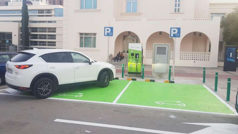 Foto coche eléctrico en centro carga Quart de Poblet. EPDA