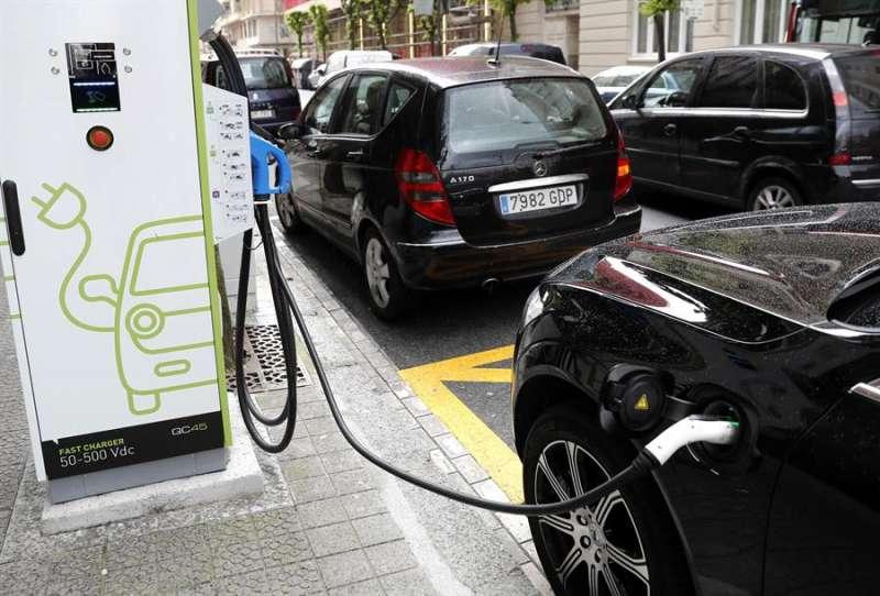 Un coche híbrido se recarga en una electrolinera. EFE