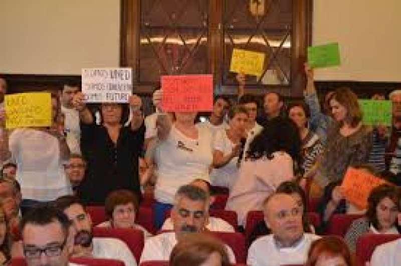 Protesta de alumnos de la UNED en un pleno de Sagunt. EPDA