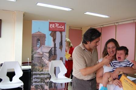 El alcalde de El Puig en una de las entregas del cheque-bebé.