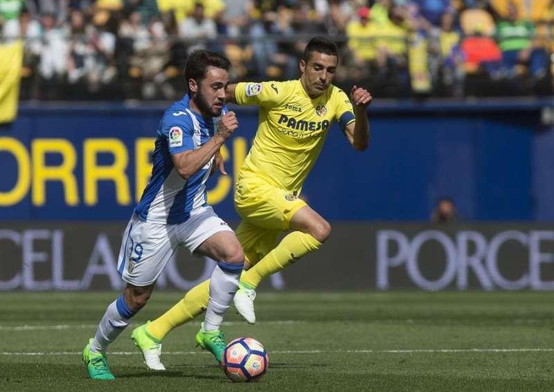 El centrocampista del Villarreal Bruno Soriano (d) disputa un balón con un rival. EFE/Archivo