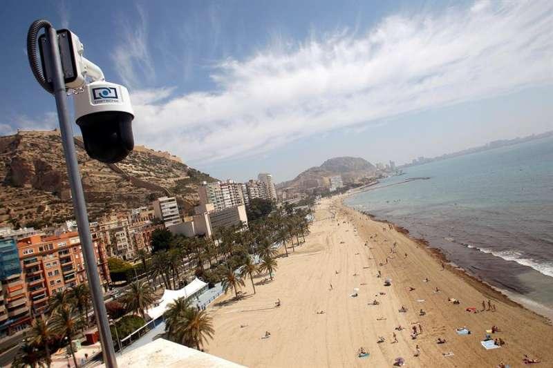 El Ayuntamiento y la compañía Aguas de Alicante presentan un sistema de videocontrol pionero para informar sobre la ocupación de una playa, concretamente la del Postiguet. EFE