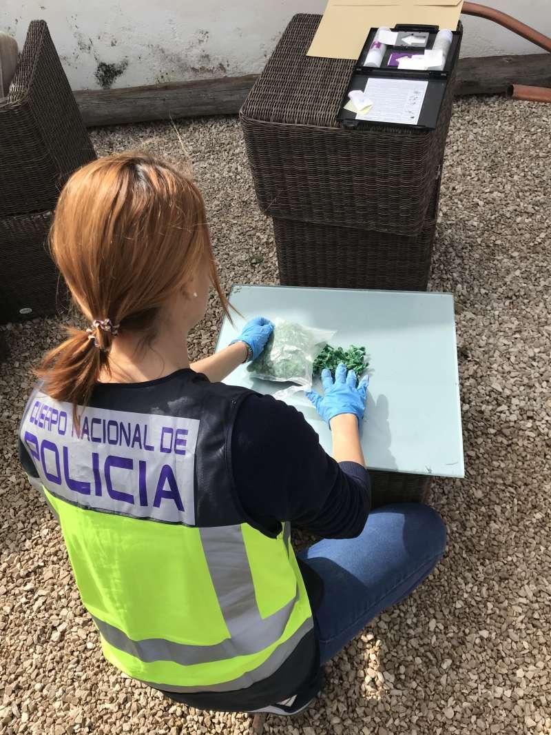 Una policía con el material incautado. FOTO POLICÍA